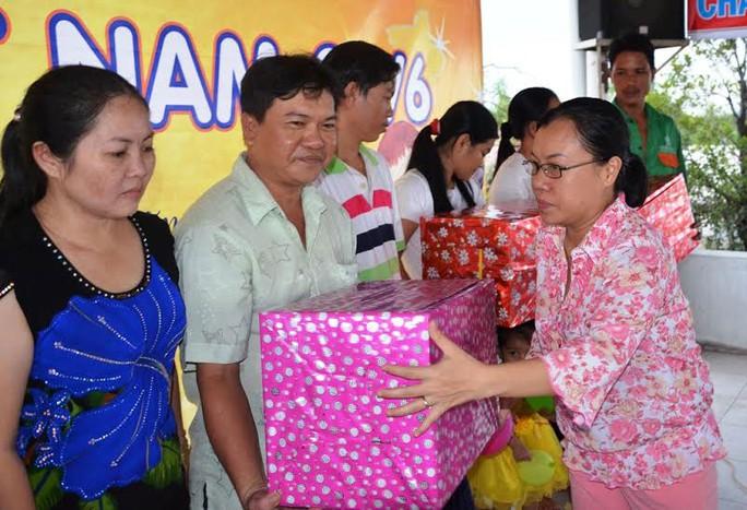 Bà Phạm Thị Ngọc Hạnh, Phó Ban Tuyên giáo LĐLĐ  TP HCM, tặng quà cho các gia đình khó khăn tại quận 2