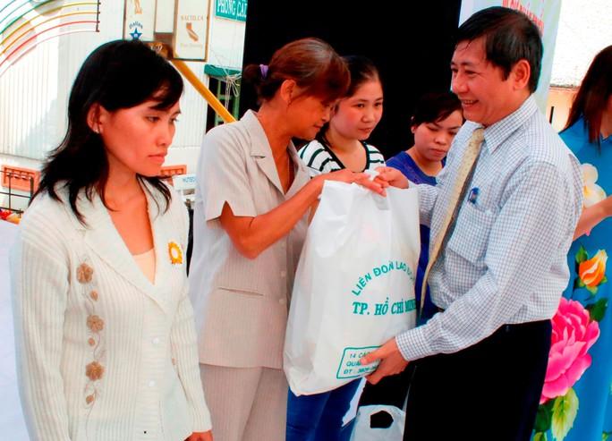 Ông Trần Thanh Hải, Phó Chủ tịch Thường trực Tổng LĐLĐ Việt Nam, tặng quà cho nữ công nhân khó khăn tại TP HCM