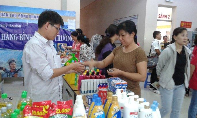 CNVC-LĐ mua sắm tại các gian hàng trong ngày hội công nhân do LĐLĐ quận Tân Bình, TP HCM tổ chức  Ảnh: HỒNG ĐÀO
