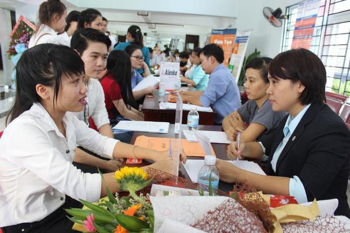 Sinh viên tham gia phỏng vấn tìm việc tại ngày hội việc làm