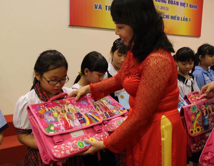 Bà Hồ Bích Ngọc - Chủ tịch LĐLĐ quận 1, TP HCM  - trao học bổng cho con CNVC-LĐ khó khăn
