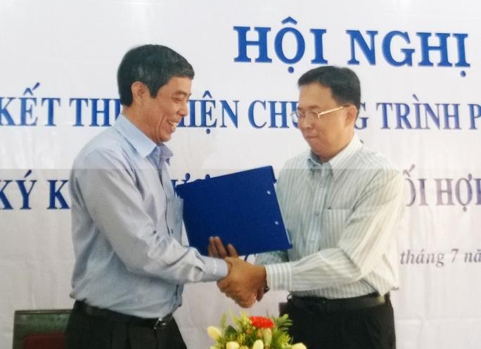 Ông Nguyễn Văn Khải, Phó Chủ tịch Thường trực LĐLĐ TP HCM (trái) và ông Trần Ngọc Sơn, Phó Giám đốc Sở  Lao động - Thương binh và Xã hội TP, tại lễ ký kết