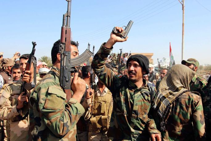 Các binh sĩ Iraq và tay súng người Shiite tập hợp tại phía Bắc thủ đô Baghdad. Ảnh: Reuters