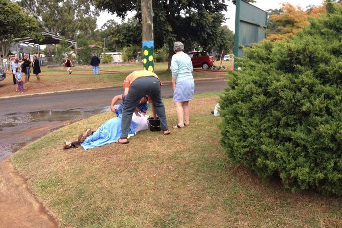 Một nạn nhân được sơ cứu ngay trên đường. Ảnh: Channel 7 News
