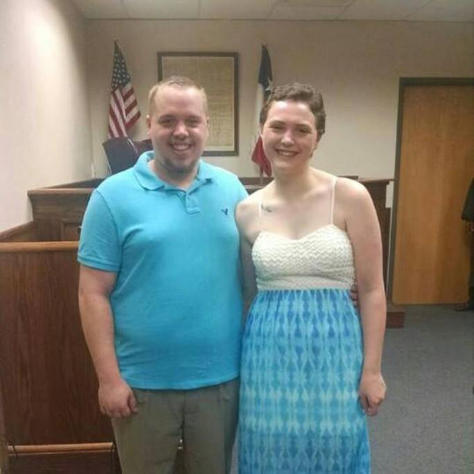 Josten Bundy và vợ tại tòa. Ảnh: Facebook nhân vật