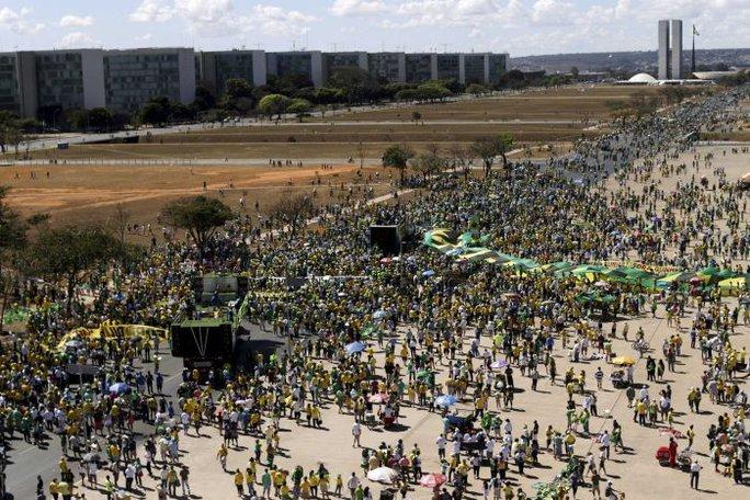 Đây là cuộc biểu tình lớn thứ 3 chống lại bà Rousseff và Đảng Công nhân cầm quyền trong năm nay. Ảnh: Reuters