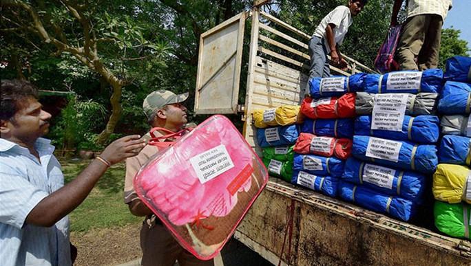 Hàng viện trợ từ Ấn Độ được chuyển đến Nepal. Ảnh: PTI