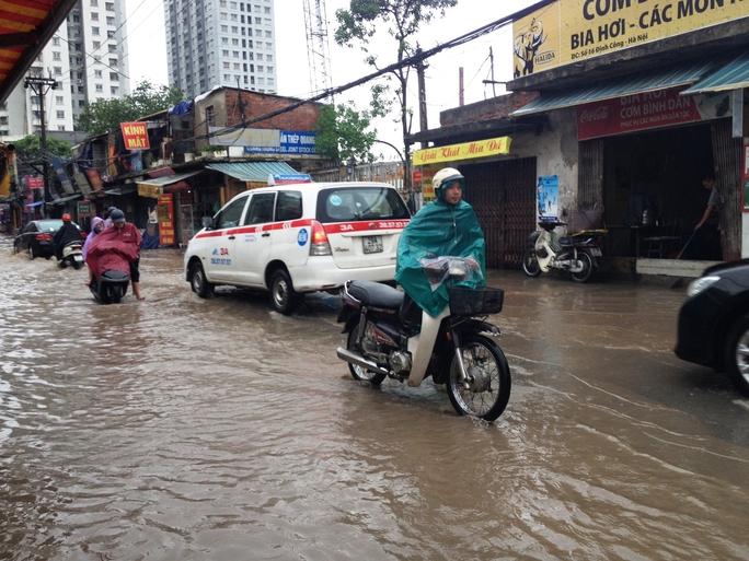 Hà Nội: Mưa lớn, phố lụt lội, hàng loạt xe chết máy