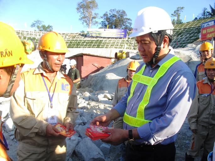 Bộ trưởng Đinh La Thăng lì xì cho các công nhân làm việc suốt trong những ngày tết ở dự án Hầm đường bộ qua đèo Cả