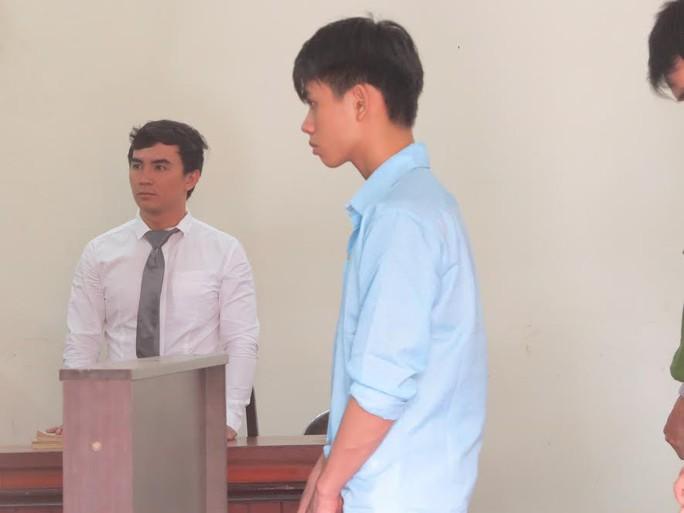 Nguyễn Văn Bình đang nghe tuyên án