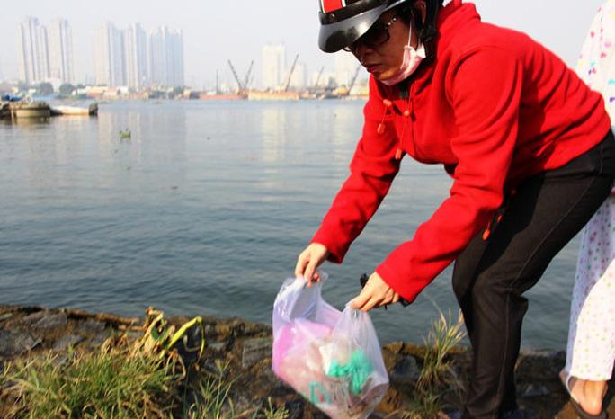 Nhiều người dân Sài Gòn đã có ý thức trong việc bảo vệ môi trường. Sau khi phóng sinh họ thu gom túi nilon để vào sọt rác.