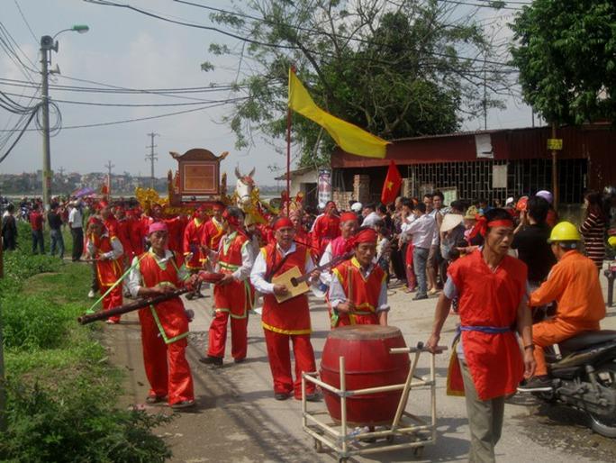 Đoàn rước đi quanh làng