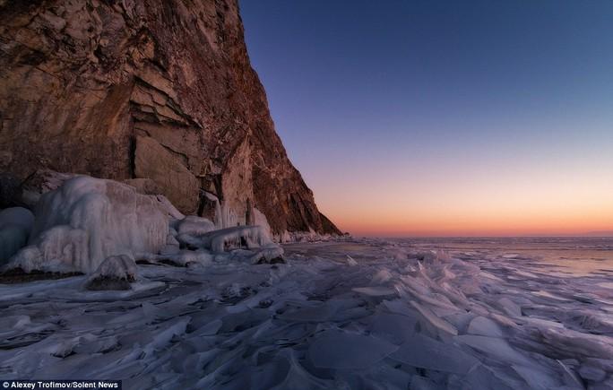 Ngoài các vết nứt tuyệt tác, nhiếp ảnh gia cũng chụp được một số hình ảnh mặt trời mọc tuyệt đẹp trên hồ