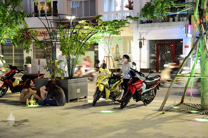 Nhiều trường hợp đậu xe hai bên hành lang, rồi tổ chức ăn uống ngay dưới phố đi bộ. Ảnh: Thăng Bình