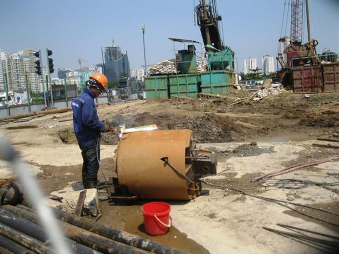 Công nhân làm việc tại công trường tuyến đường sắt Cát Linh
