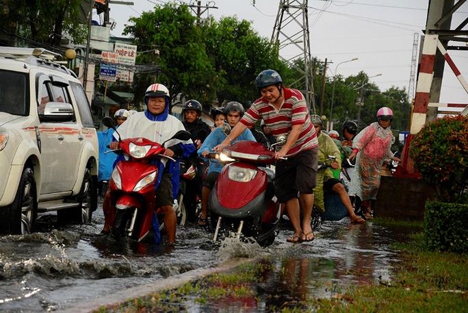 Nước ngập vào giờ tan tầm khiến nhiều người khổ sở khi muốn về nhà