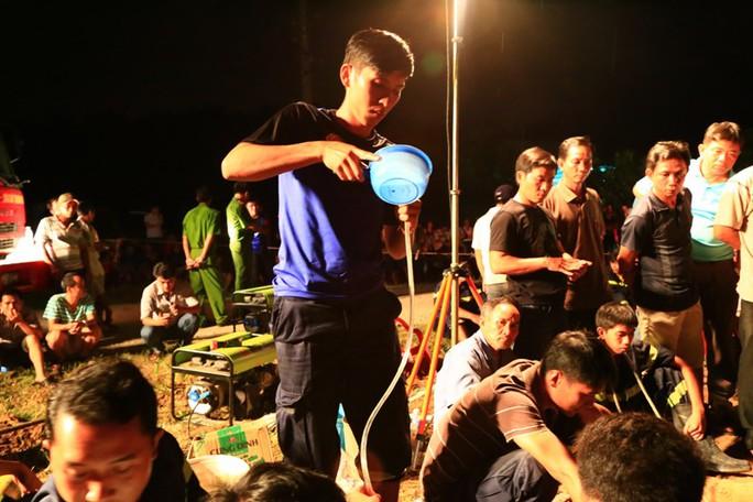 Nước uống và o xy được rót, bơm xuống để bé đủ sức chờ đợi đến khi thợ đào giếng đến được chỗ mình