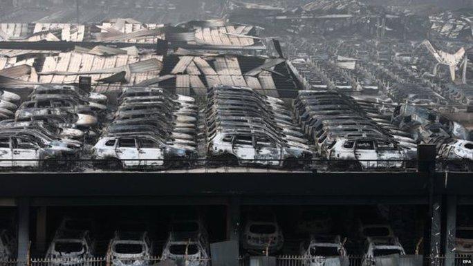 Hàng ngàn chiếc xe bị thiêu rụi. Ảnh: EPA