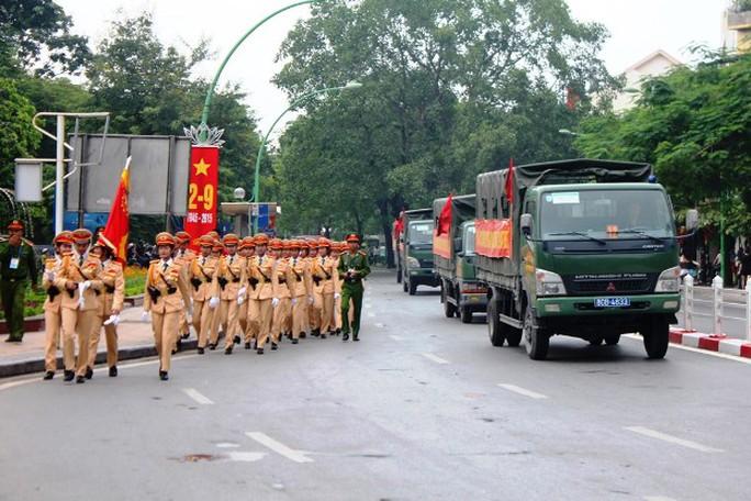 Tiếp đến là xe lực lượng công an và các khối diễu binh làm trong lễ tổng duyệt
