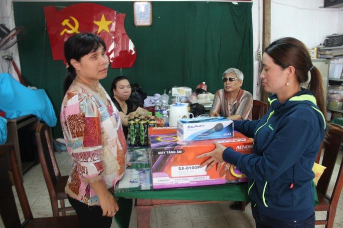 Chị Huỳnh Thị Ánh Hồng mua quà, gạo ủng hộ Hội Người mù quận Tân Bình, TP HCM
