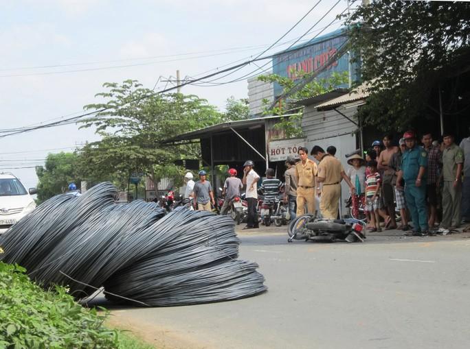 Hiện trường vụ tai nạn xe đầu kéo chở thép cuộn bị rơi xuống đường Nguyễn Duy Trinh, quận 9, TP HCM