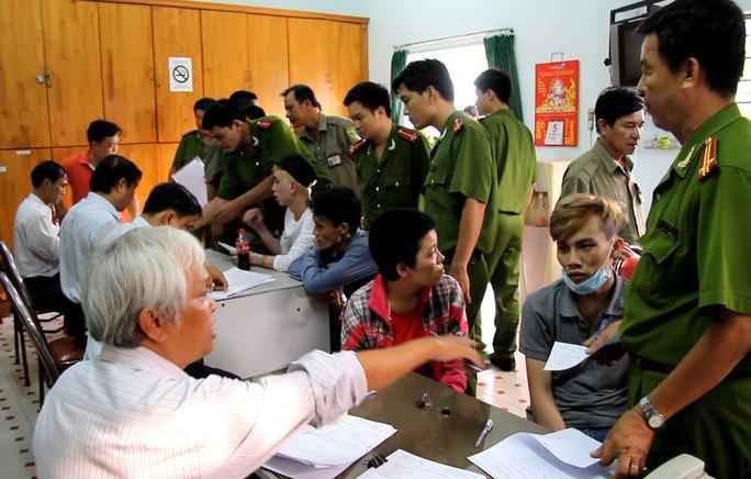 Người nghiện lang thang bị thu gom đưa về cơ sở Bình Triệu, TP HCM  Ảnh: HOÀNG TRIỀU
