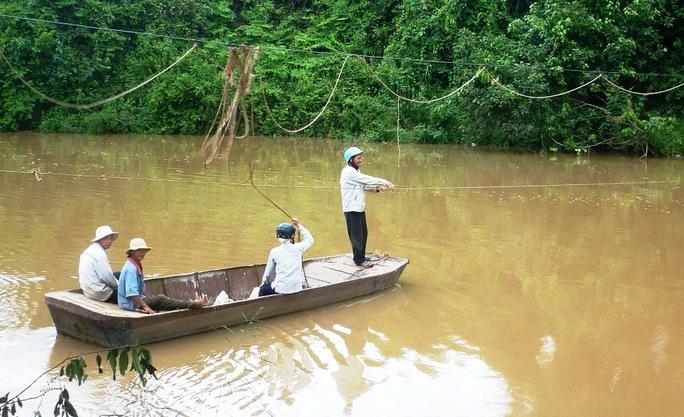 Ở nhiều nơi tại tỉnh Lâm Đồng, người dân phải qua sông bằng xuồng kéo dây rất nguy hiểm