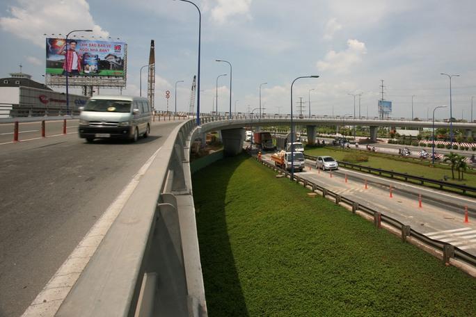 Hệ thống cầu vượt Cát Lái mặc dù chỉ cho phép xe container di chuyển nhưng việc thành cầu thấp mà đường lên cầu lại rất cong rất dễ xảy ra tình trạng xe bị lật và rơi xuống dưới đường .