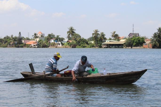 Các chuyên gia lấy mẫu nước trên sông Đồng Nai để phân tích, xét nghiệm Ảnh: XUÂN HOÀNG