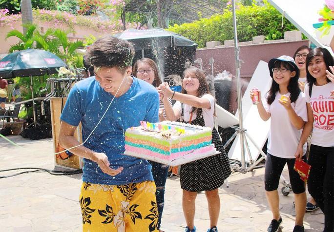 Ngô Kiến Huy mừng sinh nhật trên phim trường