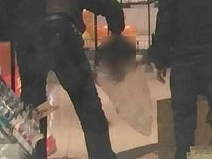 Cảnh sát nhặt chiếc đầu cho vào túi. Ảnh: News.com.au