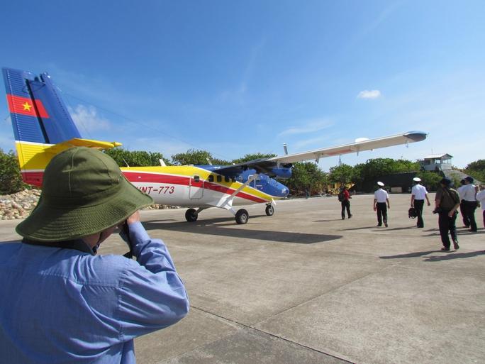 Máy bay hạ cánh xuống đường băng trên đảo Trường Sa Lớn