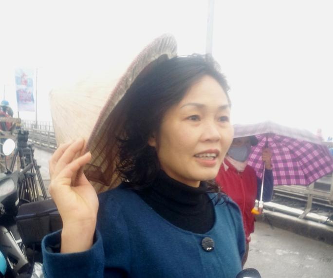 """Chị Hồng, ở phố Hàng Đậu, quận Hoàn Kiếm, Hà Nội, cho biết: """"Biết có đội tình nguyện từ năm ngoái nên hôm nay lên đi bộ lên đây nhờ các bạn thả cá giúp. Việc làm của các bạn sinh viên tại đây thật sự rất có ý nghĩa, giúp người dân Hà Nội có ý thức hơn trong việc xử lý rác thải"""""""
