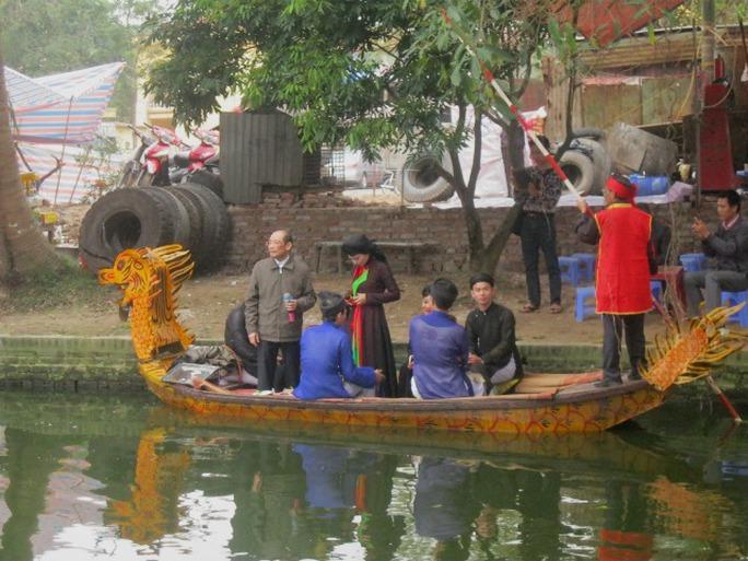 Một du khách tại Hà Nội giao lưu với các liền anh, liền chị được người dân nhiệt tình vỗ tay khen ngợi