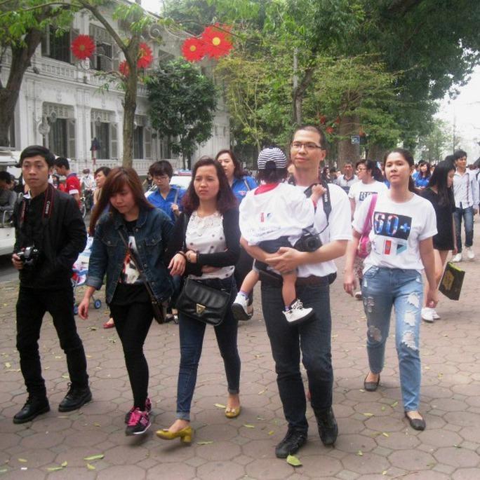 Người dân nhiệt tình tham gia cùng đoàn diễu hành
