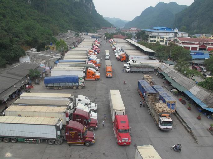 Xe chở nông sản đậu chật kín trong kho bãi của cửa khẩu Tân Thanh sáng 5-4. Ảnh: Văn Duẩn.