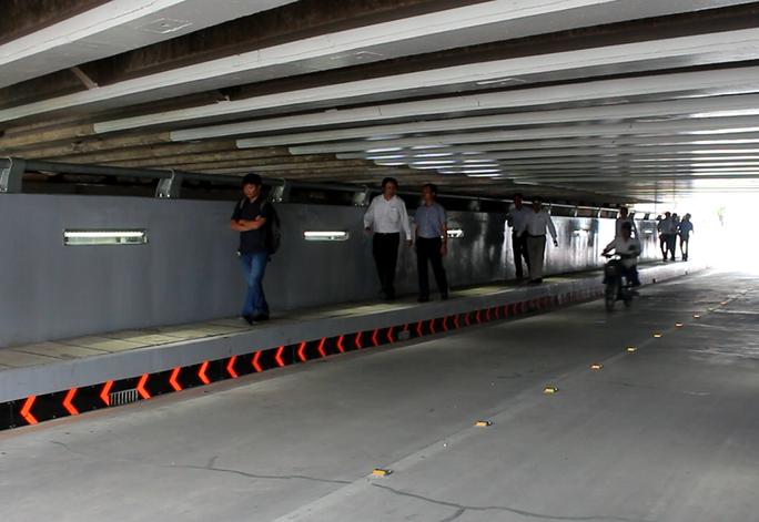 đại diện Sở Giao thông vận tải TP HCM, chủ đầu tư và đơn vị thi công đã có mặt kiểm tra những vết nứt dưới hầm