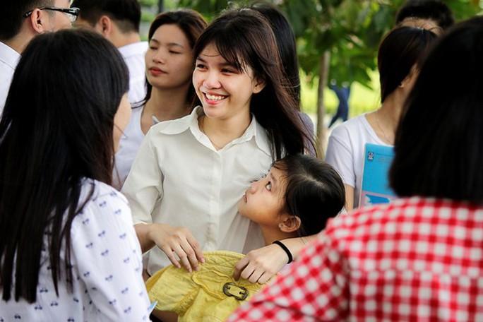 Thí sinh Mỹ Linh vui cười khi bất ngờ bố mẹ và em đón về quê.