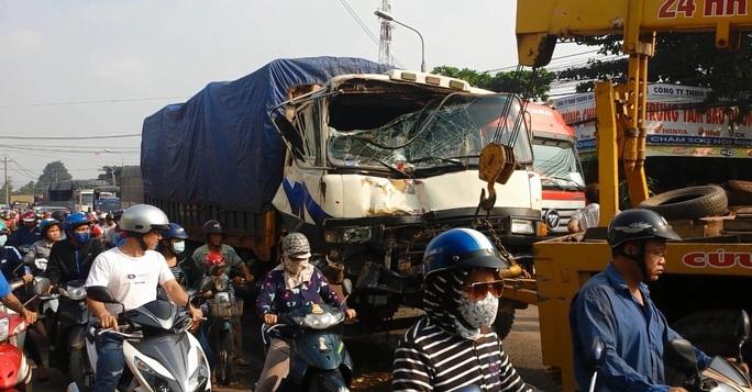 Chiếc xe tải hư hại nặng sau khi đâm vào xe cứu hỏa