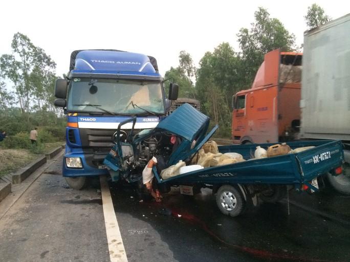 Hai xe tải đối đầu nhau trên Quốc lộ 1 đoạn tránh TP Huế vào ngày 10-2 khiến 2 người chết Ảnh: QUANG NHẬT