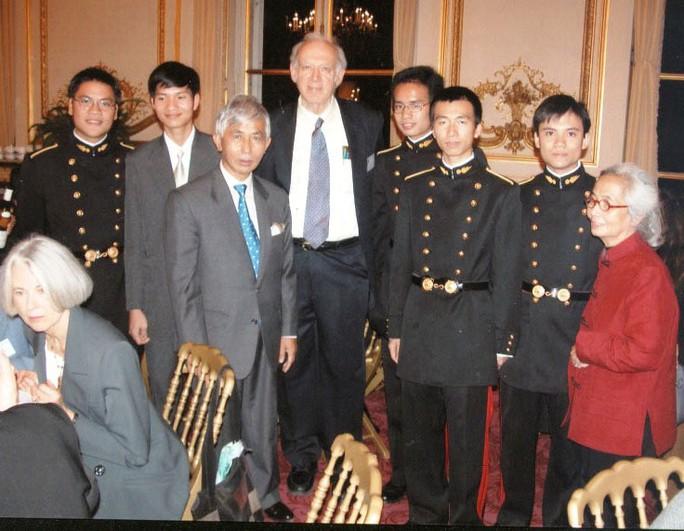 GS J. Friedman và ông bà GS Trần Thanh Vân - Lê Kim Ngọc cùng các sinh viên  Việt Nam tại ĐH Bách khoa Paris (Pháp)