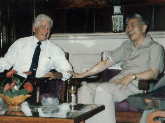 Phó Chủ tịch Hội đồng Bộ trưởng Nguyễn Cơ Thạch và Đại sứ William Sullivan tại Hà Nội năm 1989. (Ảnh do nguyên Thứ trưởng Bộ Ngoại giao Lê Văn Bàng cung cấp)