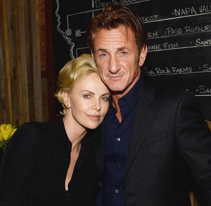 Charlie Theron và Sean Penn thời còn mặn nồng Ảnh: REUTERS