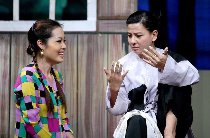 Diễn viên Bảo Châu và Cát Phượng trong chương trình hài kịch của CLB Sân khấu hài TP HCM