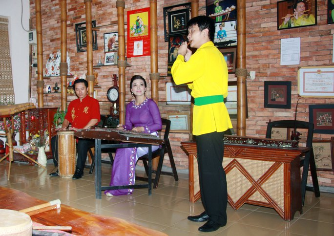 NSƯT Tuyết Mai, NSƯT Đinh Linh và Nhật Minh (bìa phải)