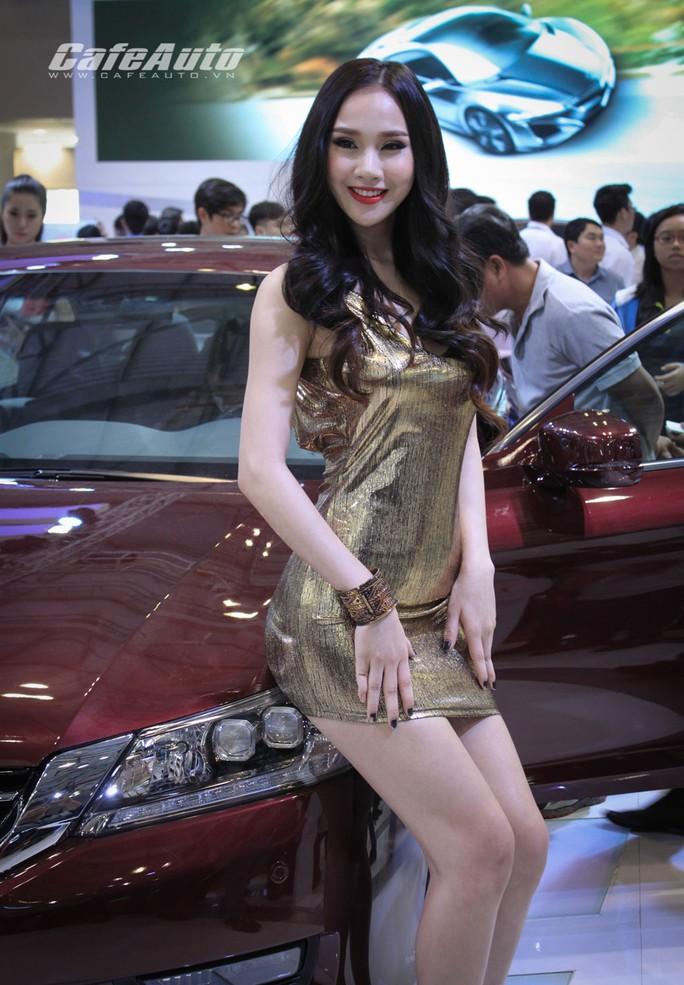 Ở Việt Nam, PG cũng là người mẫu. Trong ảnh là công việc tiếp thị xe hơi của PG tại Vietnam Motor Show 2014 Ảnh: AUTOCOFFEE