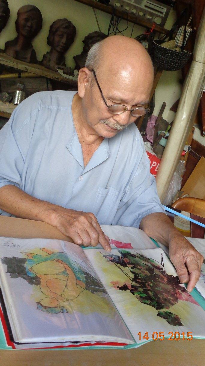 Họa sĩ Phạm Cung đang xem lại những bức tranh minh họa từ các ca khúc của Phạm Duy