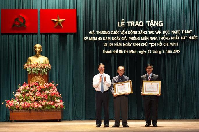 Ông Võ Văn Thưởng, Phó Bí thư Thường trực Thành ủy TP HCM, trao giải cho 2 tác giả đoạt giải A