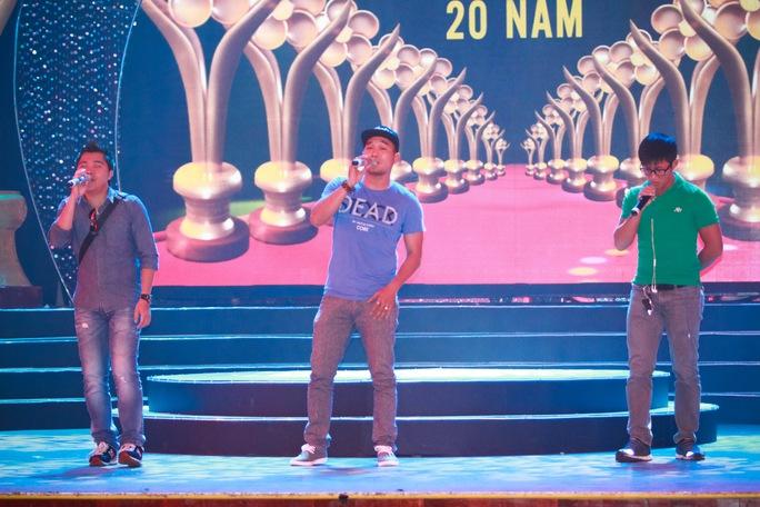 Nhóm MTV tập luyện trên sân khấu Mai vàng chuẩn bị cho buổi diễn Ảnh: HOÀNG TRIỀU