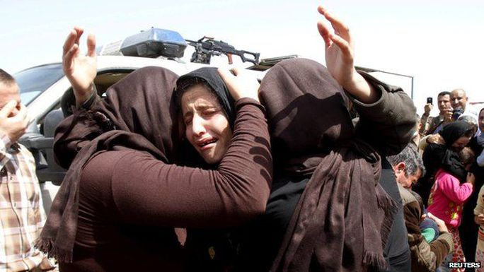 Những tù nhân được thả gặp lại người thân. Ảnh: Reuters